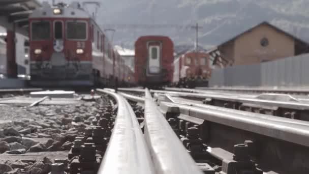 Binární pohled vlakového nádraží s vlaky zastavit