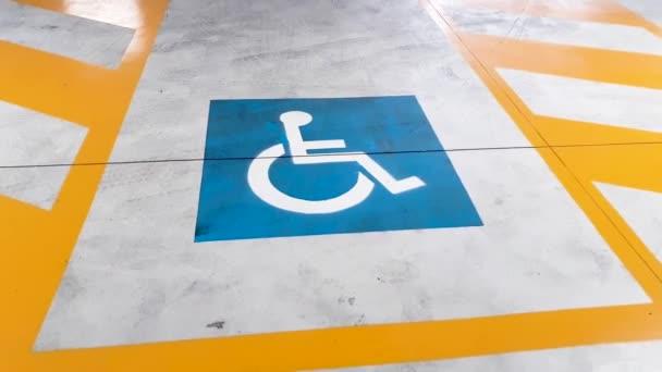 Reservierte Parkplätze für Menschen mit Behinderung