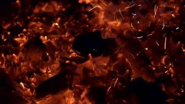Vörösen izzó faszén ragyog, és pislákol a sötétben