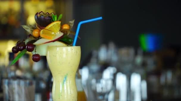 Alkoholischer Cocktail mit Obst an der Bar