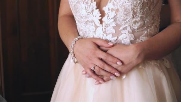Mladá krásná nevěsta šaty svatební šaty