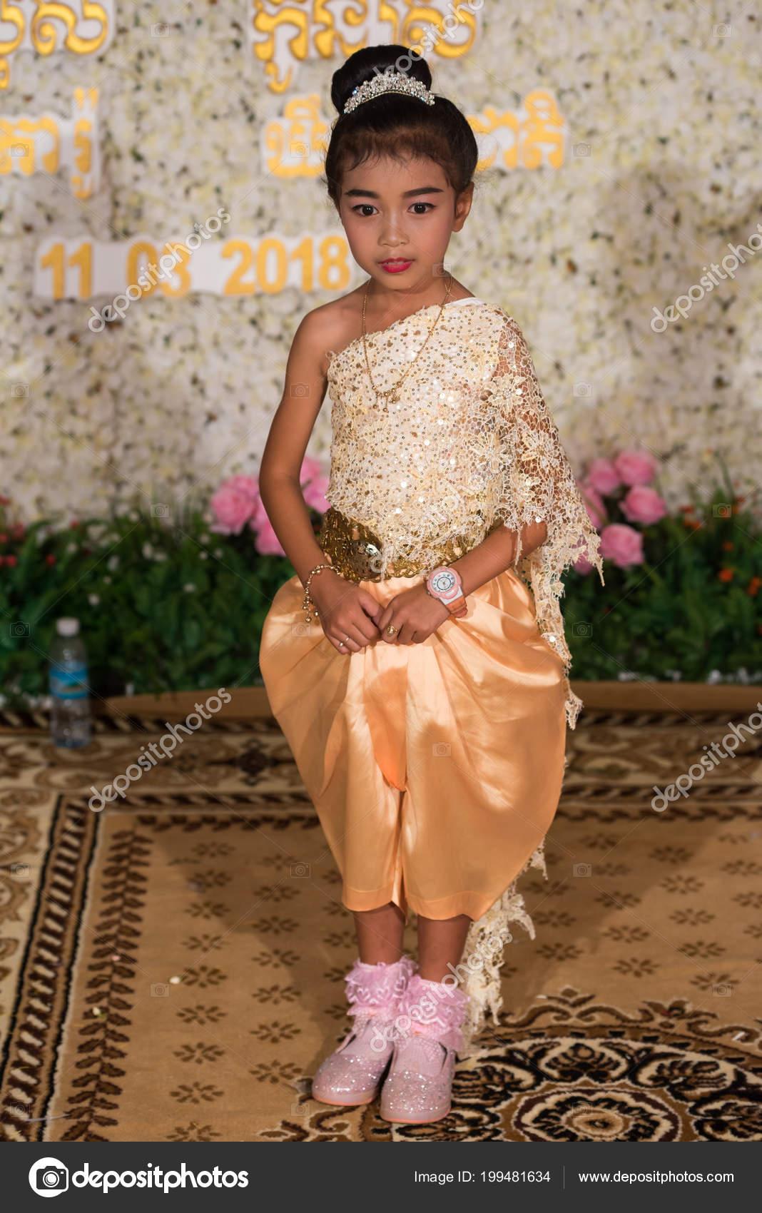 Petite Fille Khmer Posant Photographie Tenue Mariage