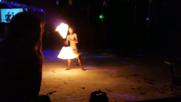 Feuer-Tanz-Performance von qualifizierten kambodschanischen jungen gemacht. Geheimen Bar mitten im Dschungel Jungle Republik. 6. Februar 2018 Koh Rong Samloem Island, Kambodscha