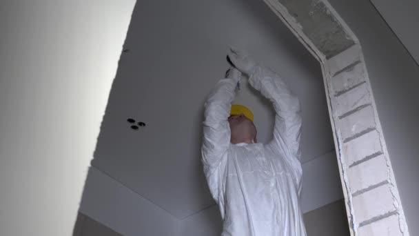 licencovaný master elektrikář, řezání otvoru ve stropu pro světlo