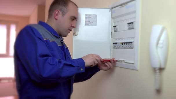 Closeup elektrikář opravy jistič