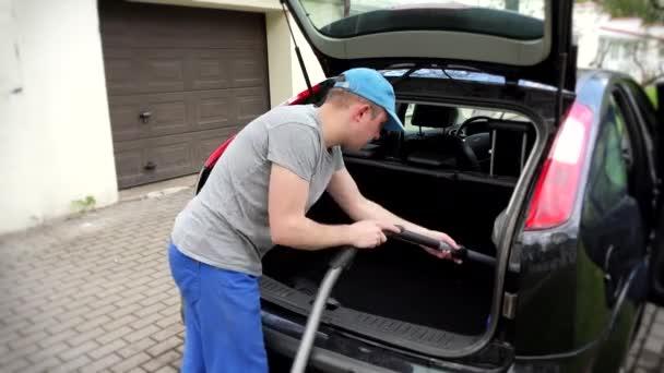 Mann raubt vor Fahrt Kofferraum aus Auto