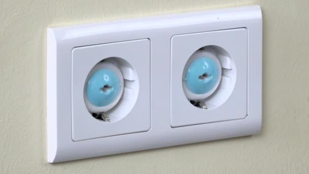 Kézi eltávolítása dugók biztonsági elektromos aljzat falon