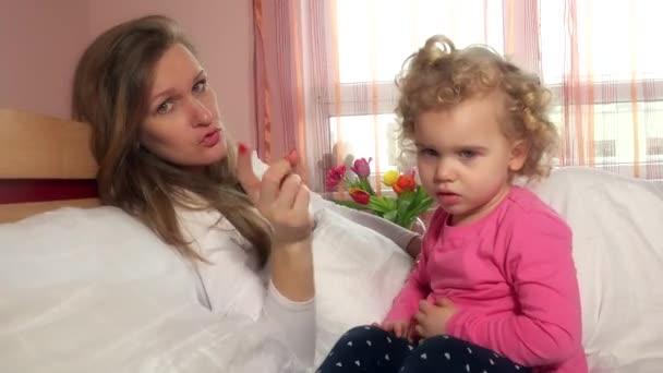 Dühös anyja, és integetett a kislányom ujj látszó-on fényképezőgép