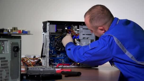 Fachmann entfernt RAM-Speicher von Computermotherboard.