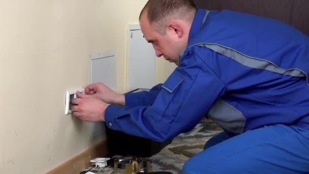 muž elektrikář nainstalovat zásuvky