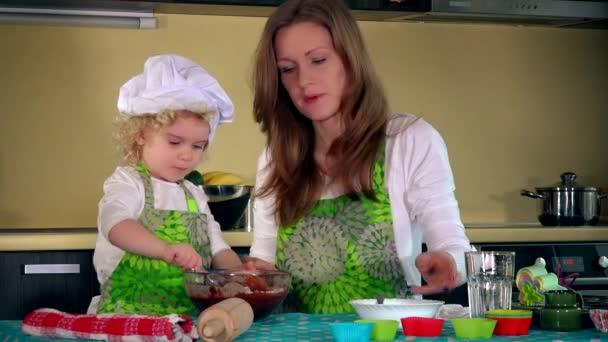 Kavkazský žena a Skvělá dcera vaření v kuchyni. Rodina dívky baví