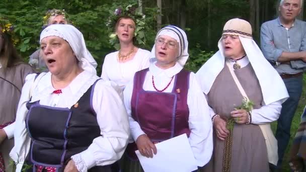 ženy s národním lidového oděvu se hospodářství květiny. Den letního slunovratu Saint John