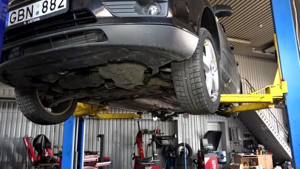 snížení automobilu u výtahu v garáži