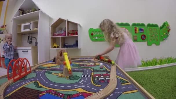 plavovlasé děvčátko budova na hraní hřiště
