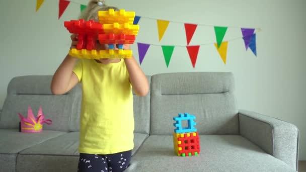 dívka dítě ukazující fotoaparát vytvořený z konstruktérů kusů. Gimbalův pohyb