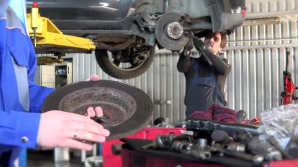 automechanik na opravárenských čerpacích stanicích v autoservisu. 4K