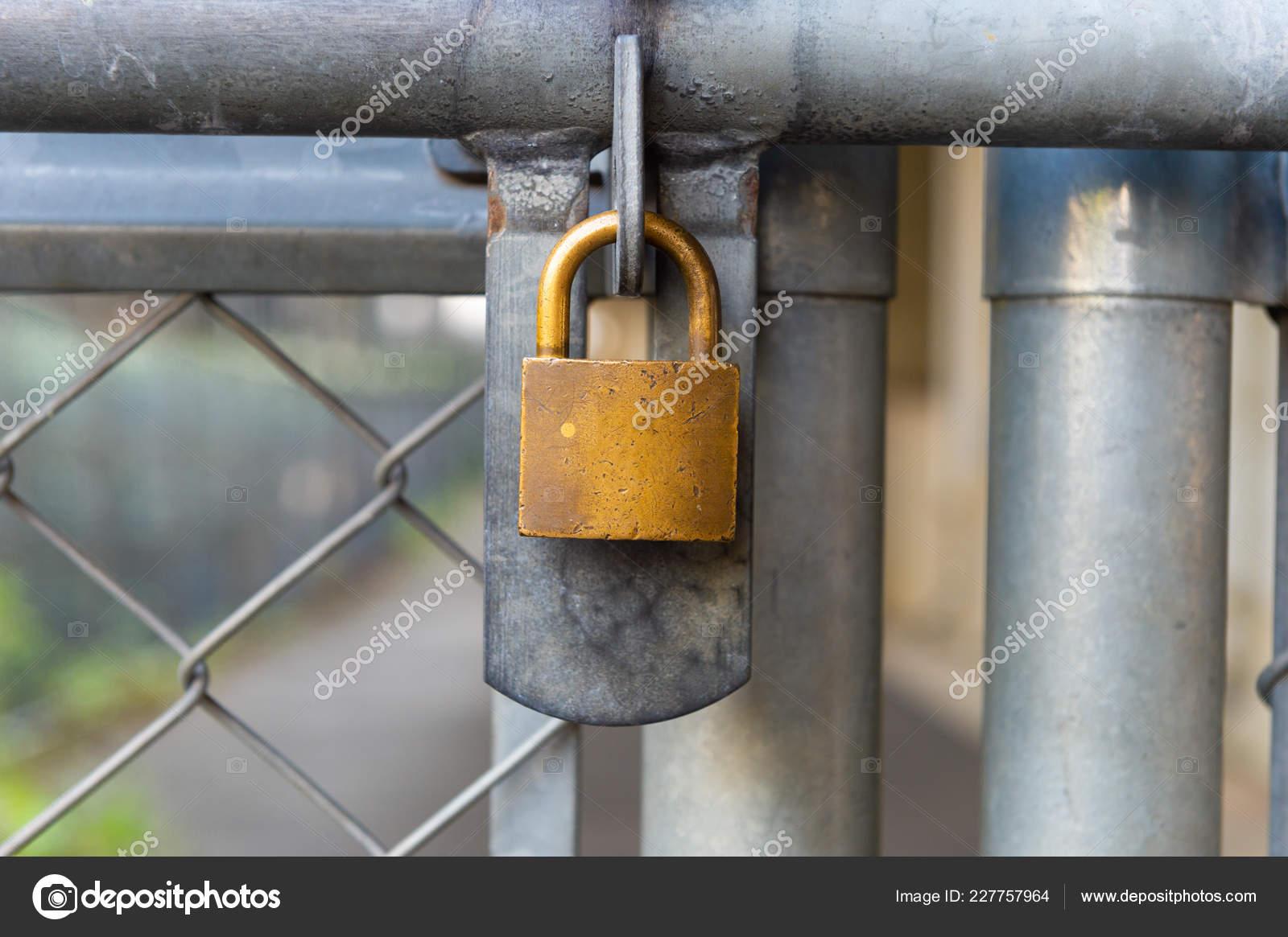 Kette Link Zaun Und Metall Tür Mit Schloss — Stockfoto ...