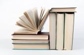 vázané knihy barevné, na bílém pozadí