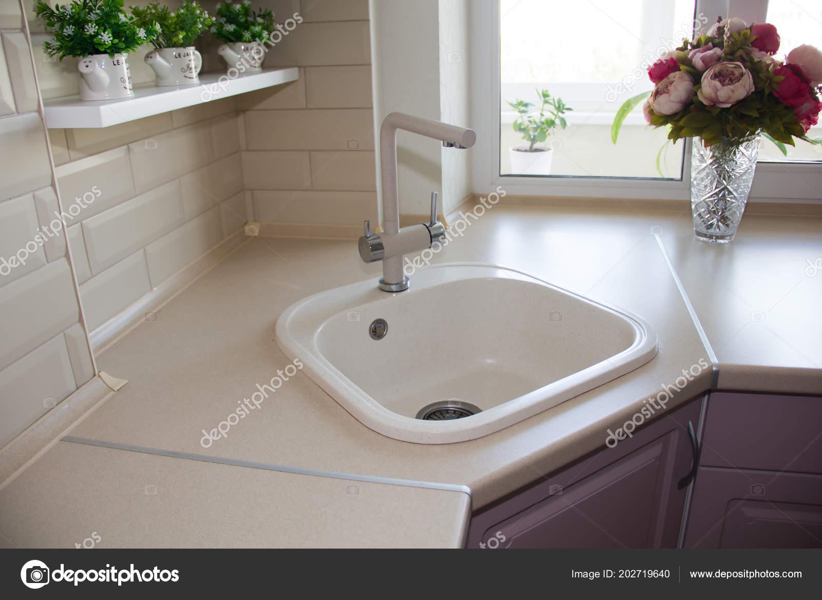 Keramik Waschbecken Der Küche Gebaut — Stockfoto ...