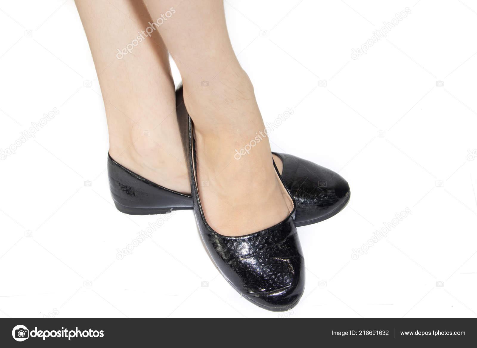 Dámská obuv. Dámská letní obuv. Obchodní černé baleríny na bílém pozadí.  Boty bez podpatku. Pohodlné boty pro volný čas — Fotografie od ... d031417d24