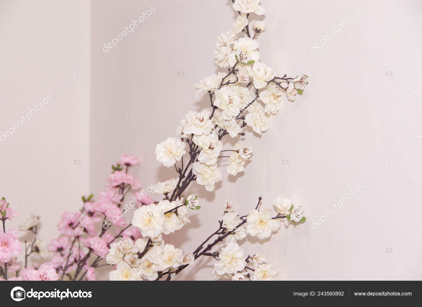 5b46097b40ee Искусственные Цветы Филиал Оформление Здания Офисов Спа Центр Цветочная  Веточка– Стоковое изображение