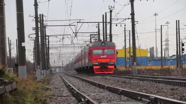 Vlak jede po železnici. Video o spoustě aut. Ruský vlak. Rusko, Leningradské území, vesnice vojáků 18 listopadu 2018