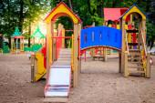 Fotografie Stadtspielplatz. Kinderunterhaltung. Rutschen und Schaukeln.