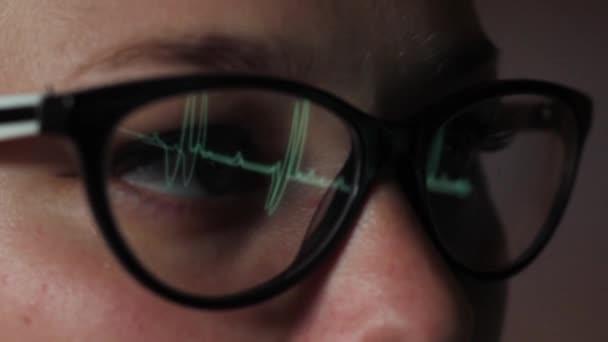 podívat se na detail monitoru oči dívka s brýlemi