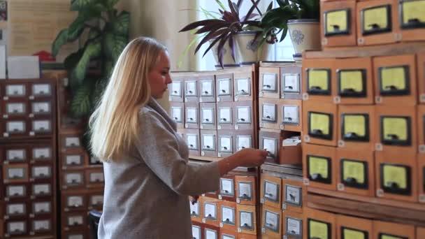 pojem databáze. lidská ruka otevírá knihovna karta nebo souboru katalogu box