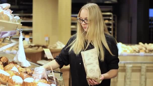 lány úgy dönt pékáru a szupermarketben