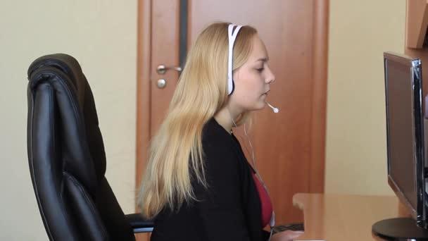 Mädchen kommuniziert mit Kopfhörer.