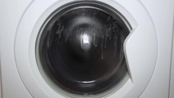 mosógép mossa a ruháit