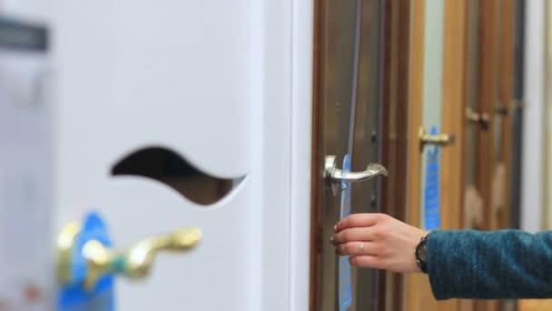 Frauenhand öffnet die Innentür