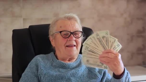 Přání žena se raduje s dolary v rukou a háže je