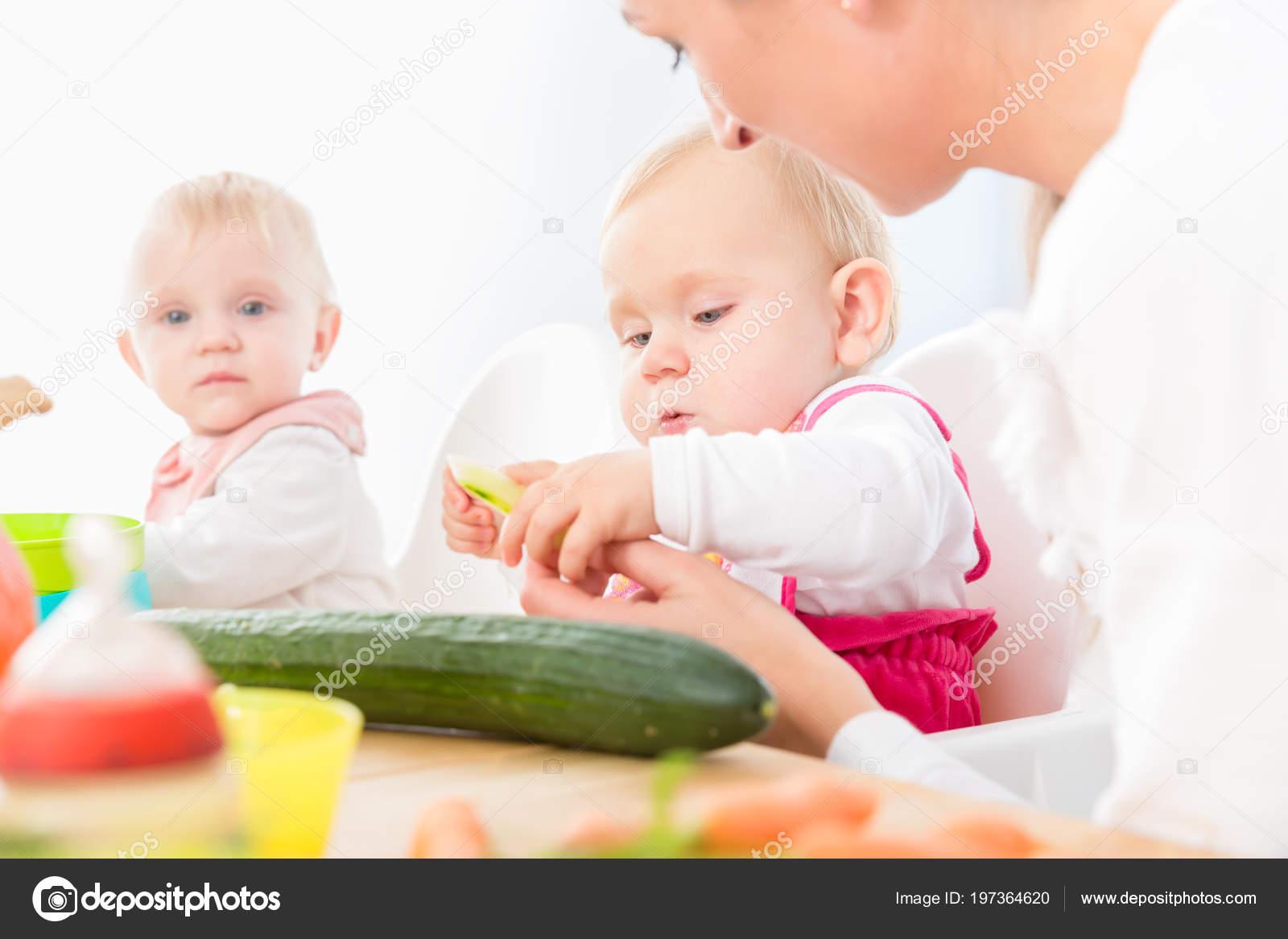 Niedlichen Mädchen Essen Gesunde Beikost In Eine Moderne