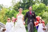 Fényképek Esküvői pár virágot gyermekek híd