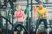 Fotografie Starkes Paar trainieren zusammen mit Schlacht Seile während funktionelles training