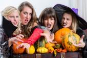 Čtyři krásné ženy jako čarodějnice spojit své škodlivé síly