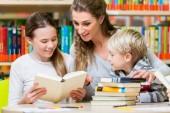 Tanár osztályelnök látogató olvasó könyv könyvtár