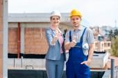 Építész és építőipari munkás a helyszínen, amely remek-megjelöl