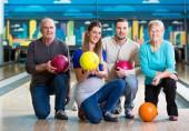 Fotografie Rodina s více barevné, bowlingové koule představují