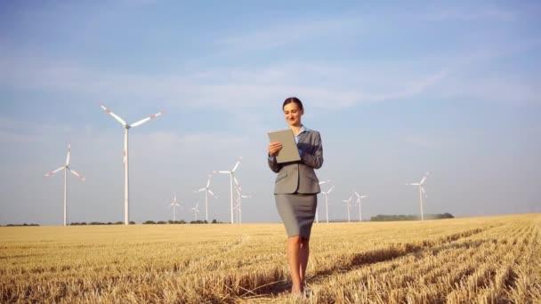 Frauen investieren Geld in eine ethische Investition in Windräder