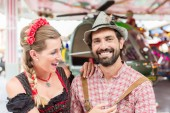 Paar zu Besuch auf dem Oktoberfest in Bayern