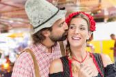 Frau und Mann auf dem Oktoberfest verliebt