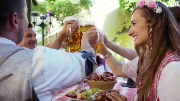 Anstoßen im bayerischen Biergarten