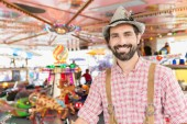 Mann in der bayerischen Tracht auf traditioneller Messe