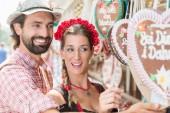 Paar kauft Lebkuchenherzen der Bayerischen Messe