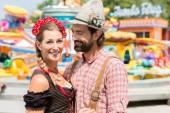 Paar mit Spaß auf bayerischer Messe oder Oktoberfest