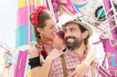 Mann und Frau in Tracht auf dem Oktoberfest in München