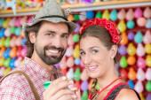 Mann wirft Darts als Unterhaltung auf traditioneller bayerischer Messe